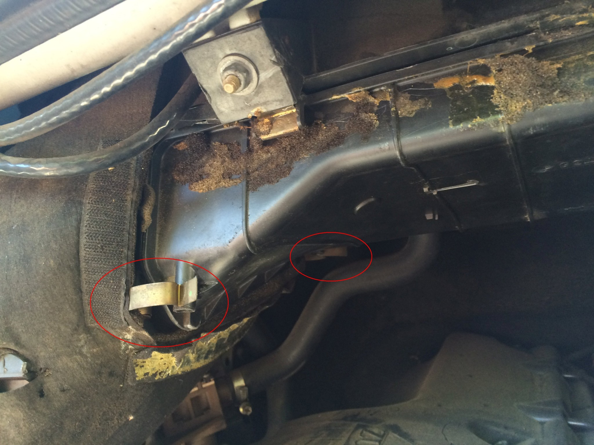 Air filter housing without insulation blanket.